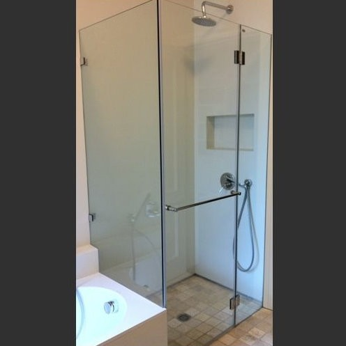 מקלחון פינתי הכולל דופן קבועה ובצד שני דלת + דופן קבועה