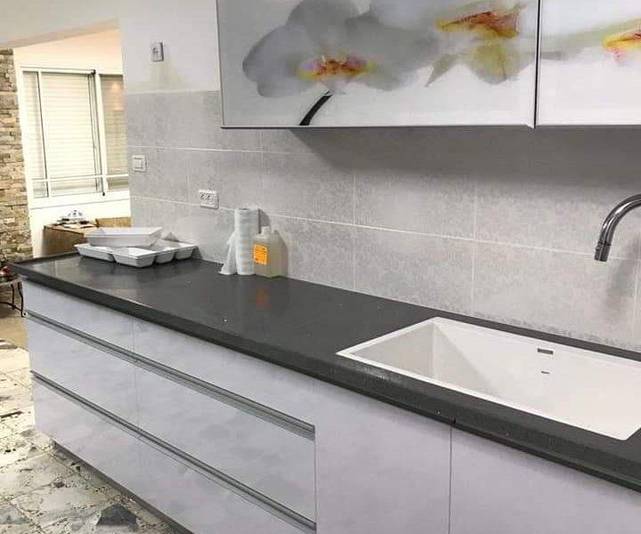 מטבח קומפלט מודרני עם ידיות אינטגרליות כולל שיש וכיור במחיר מבצע ולפי מידה