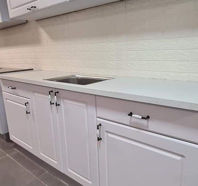 מטבחים בסגנון כפרי – דלתות פולימר בצבע לבן מט (לפי מידה) תכנון ועיצוב בליווי מעצבת